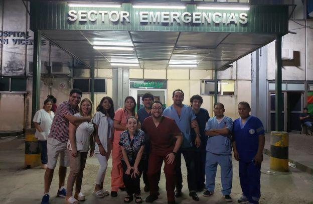 Daniel Gatica con parte del equipo de emergencia del Hospital San Vicente de Paul