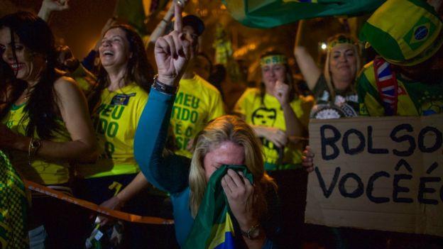mulher comemora vitória de Bolsonaro