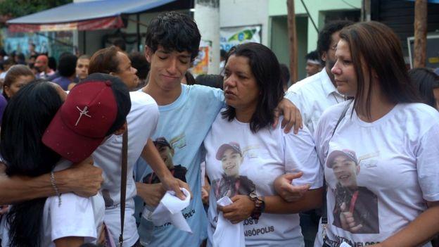 Danylo Amilcar ao lado da mãe, do irmão e da madrinha de Denys durante protesto em Paraisópolis