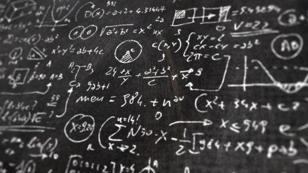 Un pizarrón lleno de fórmulas matemáticas