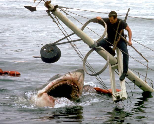 """Ataque de tiburón blanco en la película """"Tiburón""""."""