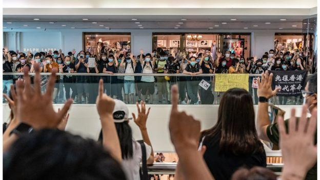 一批示威者在商场高叫英语学习网口号。