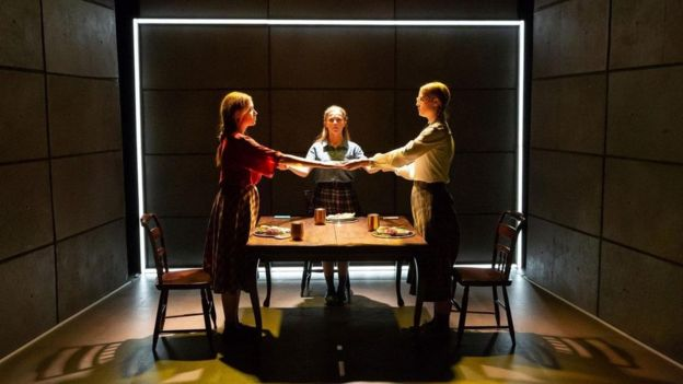 Cena da peça 'As Degustadoras de Hitler'