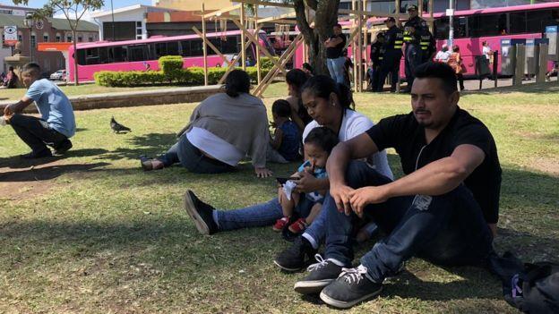 Nicaragüenses reuniéndose en el Parque de la Merced