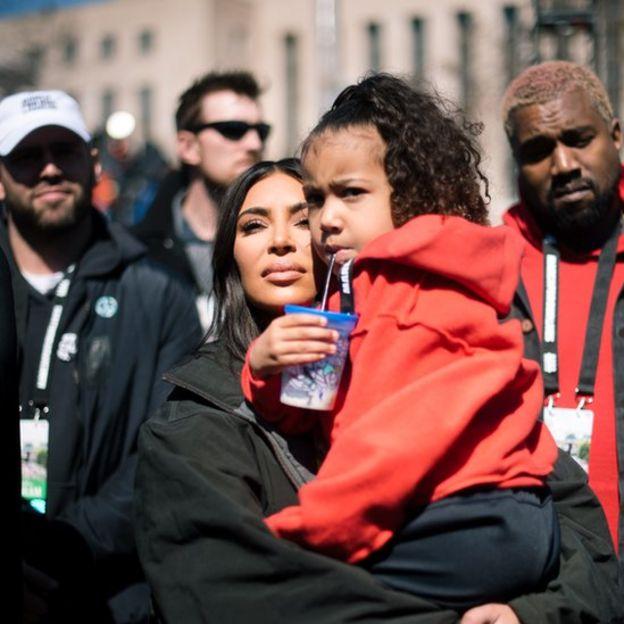 Kardashian, con su hija North y Kanye al fondo.