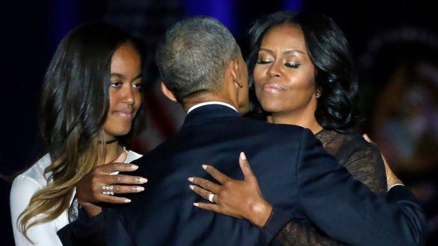 Obama saluda a su esposa.