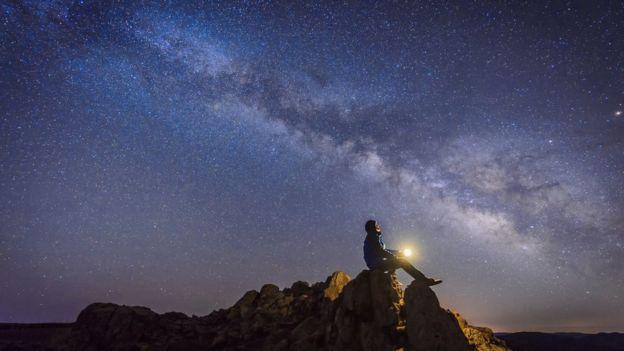 Un hombre mirando al cielo