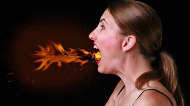 Mujer echando fuego por la boca, de forma figurada.