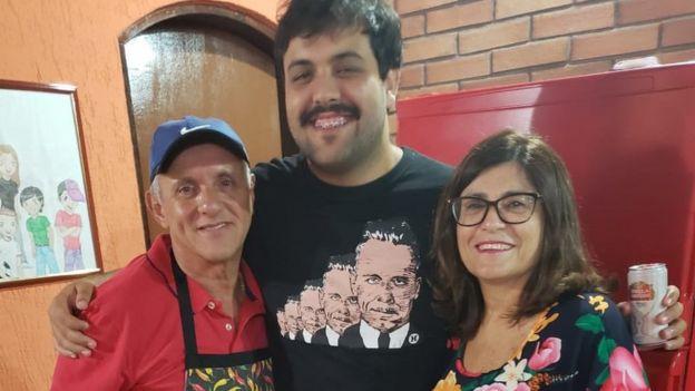 Paulo junto a su hijo y su esposa, Vera Pereira.