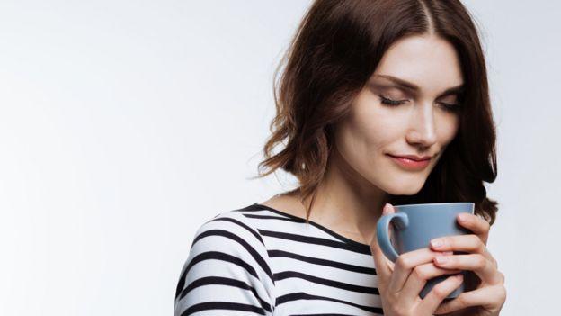Mujer con una taza humeante