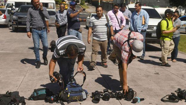 Periodistas y camarógrafos salvadoreños protestan por la muerte de uno de ellos a manos de las maras.