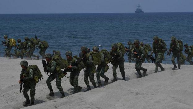 Soldados filipinos realizam exercícios militares
