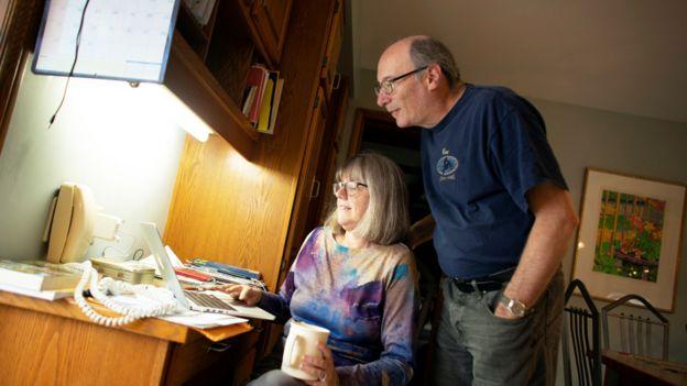 Strickland con su esposo Doug revisando mensajes de felicitaciones en su hogar en Waterloo, Canadá.