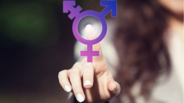Mujer tocando el símbolo de intersexualidad.