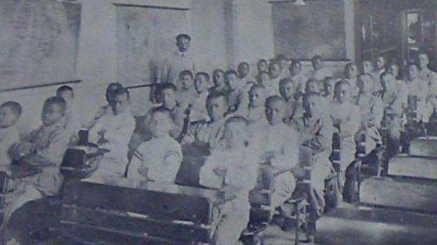 Uma sala de aula com menores infratores ou abandonados no início do século 20, em São Paulo