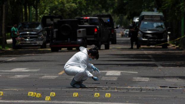 Un miembro del equipo de investigación del atentado.