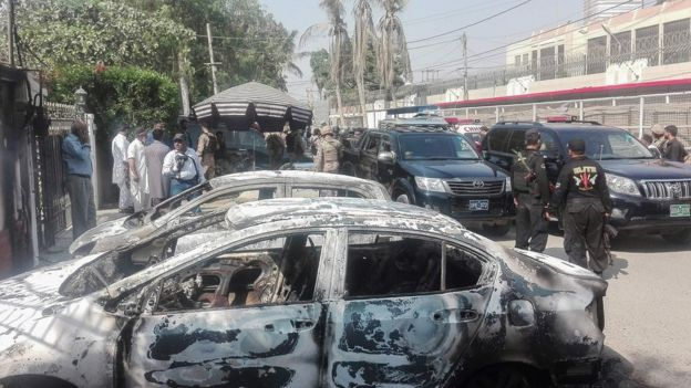 卡拉奇中國領館前於襲擊中被燒焦的汽車(23/11/2018)