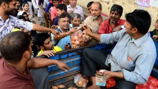 Un agricultor vendiendo cebollas desde su cami�n