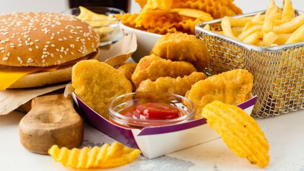 Hamburgueres, nuggets, batatas fritas
