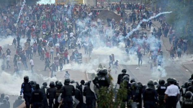 Manifestantes contra la reeleción presidencial en Honduras.