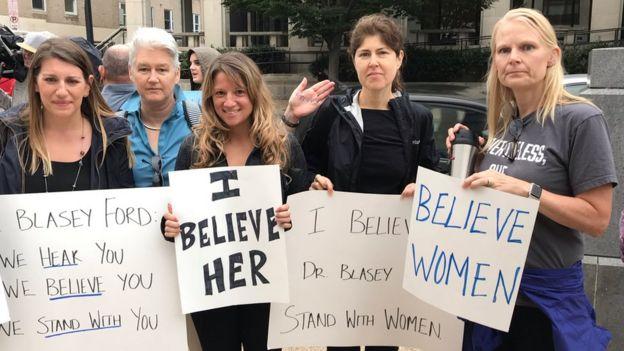 露西·梅科爾(左)是民主黨人,她和她的同伴在國會山抗議