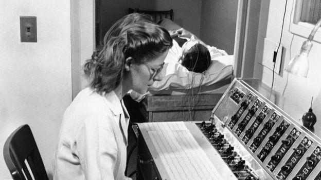 Pessoa passa por teste de atividade elétrica do cérebro