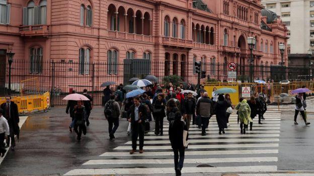 Peatones frente a la Casa Rosada de Argentina
