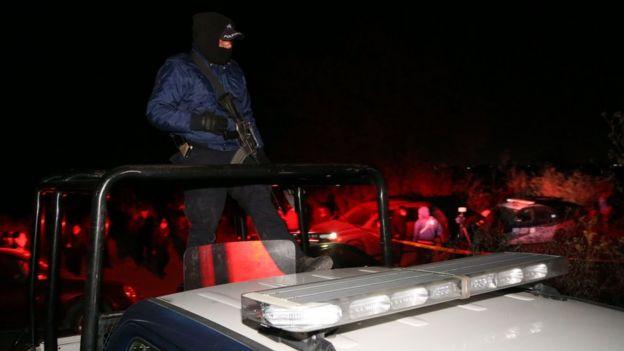 Hombre armado subido a una camioneta
