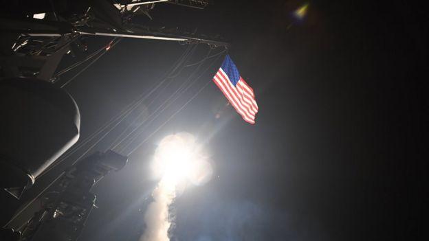 Un misil siendo disparado desde uno de los barcos de Estados Unidos en el Mediterráneo.