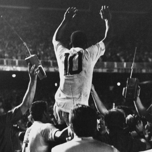 Pelé con la número 10 del Santos.