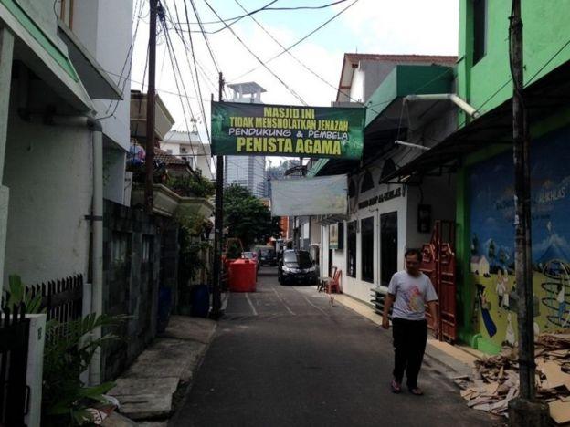 Spanduk dipasang di depan masjid Al-Ikhlas di Kelurahan Karet, Jakarta Selatan pada Februari 2017.