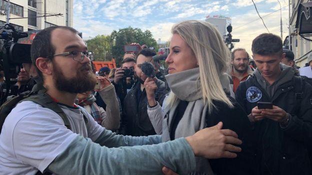Image captionВ четверг Любовь Соболь встречала Миняйло у здания суда