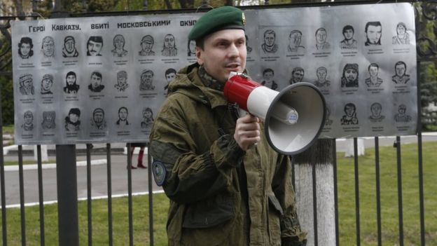 Адам Осмаєв під час акції біля посольства Росії у Києві, квітень 2016 р.