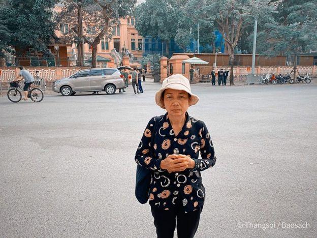 Bà Nguyễn Thị Loan, mẹ Hồ Duy Hải, không được vào dự phiên Giám đốc thẩm hôm 6/5. Bà đã đi đòi công lý cho con 12 năm qua