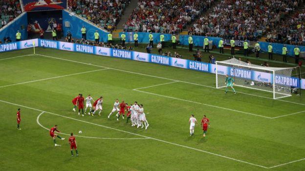 Cristiano Ronaldo cobre un tiro libre en el partido de Portugal y España en Rusia 2018
