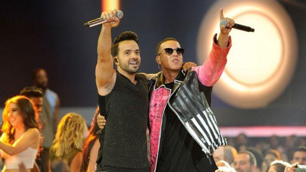 Fonsi y Daddy Yankee en la ceremonia de los premios Billboard de Música Latinoamericana