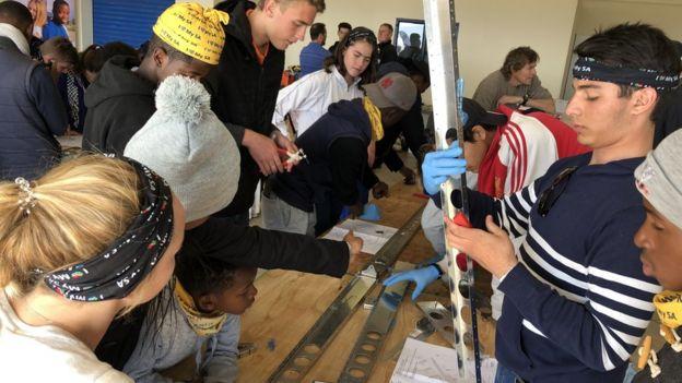 Adolescents assemblant l'avion Sling 4 en Afrique du Sud