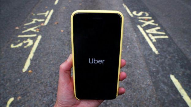Aplicativo do Uber sendo iniciado em um celular