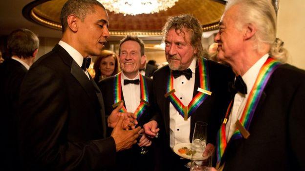 Барак Обама, Джон Пол Джонс, Роберт Плант и Джимми Пейдж на церемонии в Кеннеди-центре в Нью-Йорке. 12 декабря 2012 года