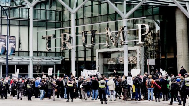 Manifestación en Vancouver durante la inauguración de un hotel de la marca Trump.