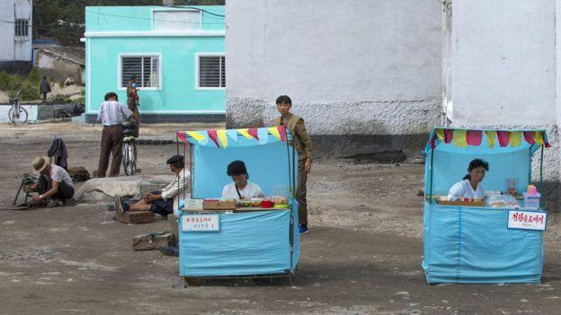 金正恩過去六年的改革雖然是漸進主義的,社會改變卻是明顯的。圖為2012年朝鮮鹹興市街上的兩個商販。
