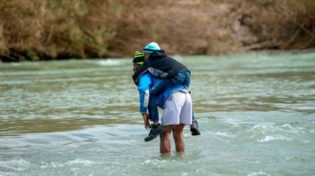 Homem e criança tentam atravessar Rio Grande
