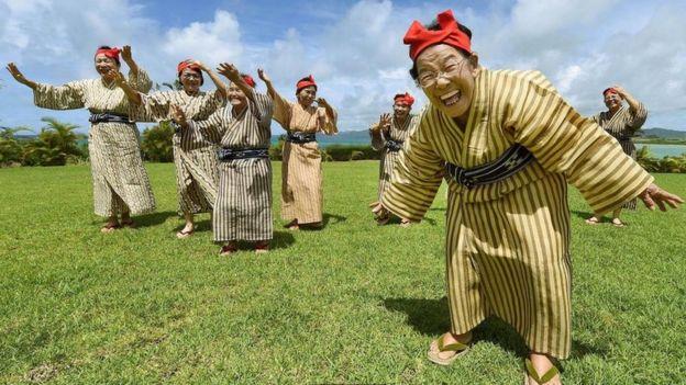 Estas cantoras idosos de Okinawa são membros da banda japonesa de mulheres KBG84, com uma média de idade de 84 anos