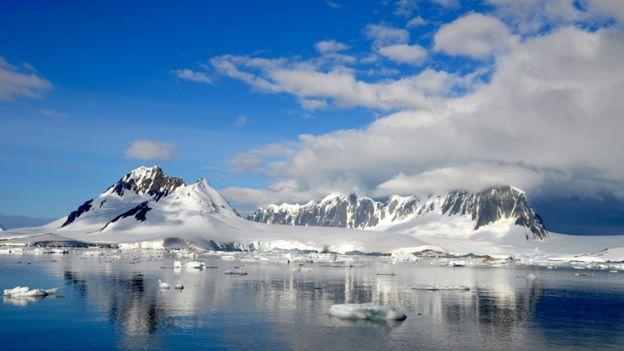 Montaña cubierta de nieve en Antártica