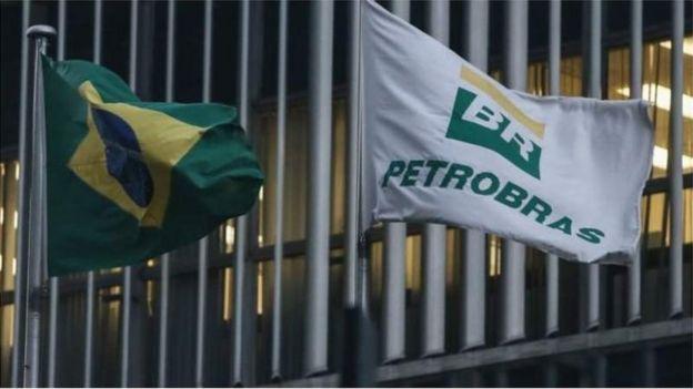 Bandeiras do Brasil e da Petrobras na frente da sede da empresa
