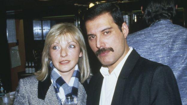 Mary Austin y Freddie Mercury en 1985