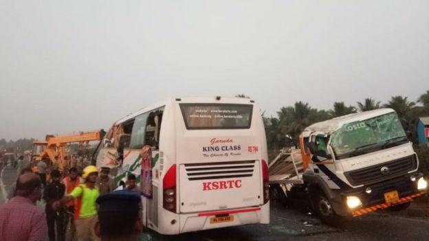 திருப்பூர் அருகே பேருந்தும் லாரியும் எதிரெதிரே மோதி விபத்து: 20 பேர் பலி