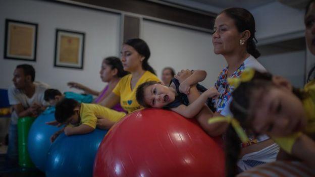 Madres juegan con hijos con microcefalia
