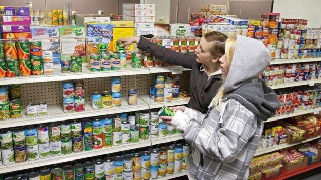 Mulheres fazem compras em supermercado