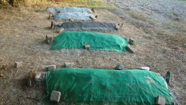 آرون عسکری میگوید این قبر عموها و اقوام دیگرش است که در حیاط خانهشان دفن شدهاند